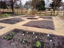 Erste Pflanzungen im Bauerngarten in Mueß